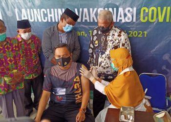 LAUNCHING VAKSIN COVID-19- Kapolres Tarakan AKBP Follol Praja Arthadira mendapatkan kesempatan paling pertama disuntik vaksin Covid-19 bertempat di Puskesmas Karang Rejo Tarakan.Foto: Fokusborneo