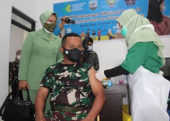 Danrem 092/Maharajalila Brigjen TNI Suratno, S.I.P saat melakukan suntik vaksinasi Covid-19 bertempat di Puskesmas Tanjung Selor. Foto: Penerangan Korem 092/Maharajalila