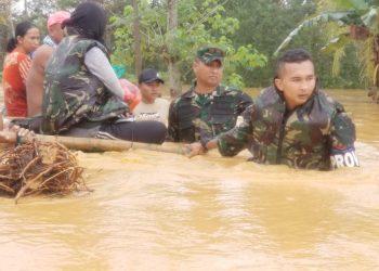 Prajurit TNI Yonif 621/Mtg dipimpin langsung oleh Danyonif 621/Mtg mengevakuasi warga terdampak banjir dikawasan Barabai. Foto: Doc. Yonif 621/Mtg