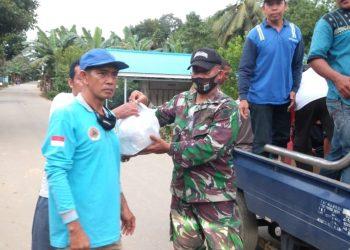 Kodim 1002/Barabai, menyerahkan bantuan  logistik kepada warga yang terdampak banjir.Foto: Penerangan Kodim 1002/Barabai