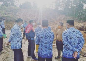 Walikota Tarakan, dr.H.Khairul meninjau kawasan pemakaman jenazah covid-19 di Kelurahan Juata Laut, Kecamatan Tarakan Utara. Foto: Humas Pemkot Tarakan