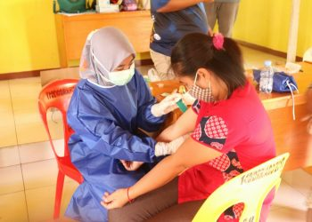 Dinas Kesehatan dan Puskesmas Kabupaten Tana Tidung melakukan pengambilan sample darah warga.