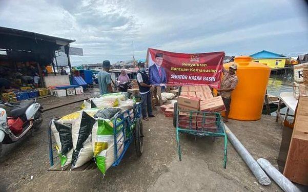 Pimpinan Komite II DPD RI Hasan Basri mengirim bantuan beras dan mie instan kepada korban banjir di Kecamatan Sembakung, Kabupaten Nunukan, Selasa (19/1). Foto : Istimewa