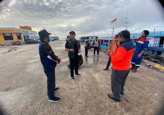 Staf Wakil Ketua Komite II DPD RI Hasan Basri bersama ketua Yayasan BUMN Harjawan Balaningrath saat akan berangkat mengirimkan bantuan kepada korban banjir di Sembakung dari Pelabuhan Tengkayu 1 Kota Tarakan, Jumat (22/1). Foto : Istimewa
