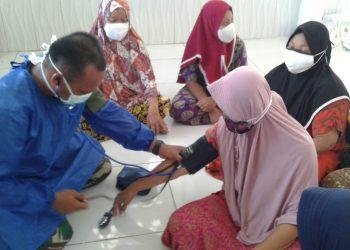 Pusat kesehatan Angkatan Darat membuka posko kemanusian di Desa Haliu Kecamatan Batu Benawan Kabupaten Hulu Sungai Tengah.Foto: Penerangan Korem 1002/Barabai