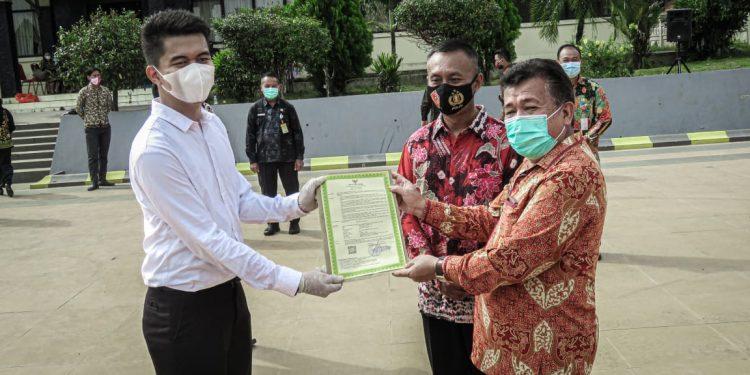Wakil Bupati Kabupaten Tana Tidung, Markus menyerahkan SK Pengangkatan CPNS formasi 2019 secara simbolis. Foto: Fokusborneo.com