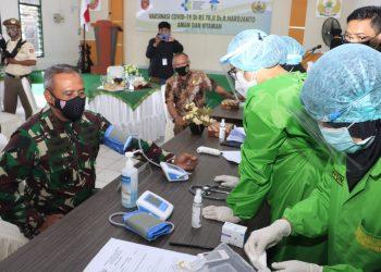 Pangdam VI/Mulawarman, Mayjen TNI Heri Wiranto l, M.M.,M.Tr.(Han) saat dilakukan pemeriksaan kesehatan sebelum di lakukan vaksin bertempat di Aula Kesdam VI/Mulawarman. Foto: Penerangan Kodam VI/Mulawarman
