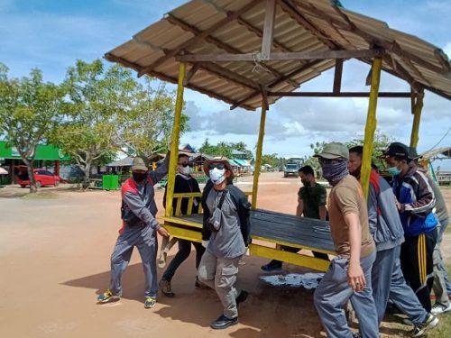 Petugas Satpol PP Menertibkan Gasebo di Kawasan Wisata Pantai Amal Lama Tarakan. Foto: IST/Satpol PP