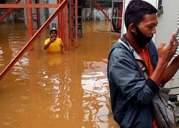 Petugas Telkomsel Melakukan Cek di Salah Satu BTS Telkomsel di Kalimantan Selatan. Foto: IST/Telkomsel