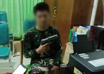 Pelaku (ZI) Tentara Gadungan Melihatkan Senjata Mainan yang Dibawanya. Foto: fokusborneo.com