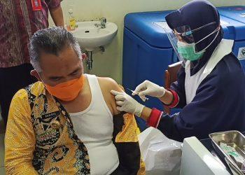 Walikota Tarakan Khairul Menerima Suntikan Vaksin Covid-19 Senovac. foto: fokusborneo.com