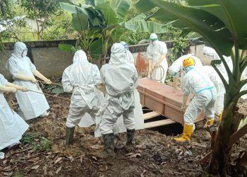 Personil Brimob Polda Kaltara Gunakan APD Lengkap Makamkan Jenazah Covid-19. Foto: Istimewa