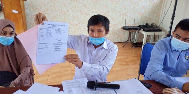 Kuasa Hukum Nurbaya (Nasabah) Yang Kehilangan Uang Menunjukan Bukti Aduan dan Rekening Koran Dari Bank. Foto: fokusborneo.com