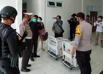 Personil Kepolisian Kawal Ketat Distribusi Vaksin Senovac ke Malinau. Foto: ist