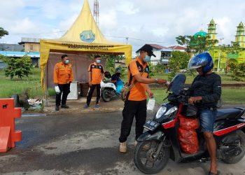 BPBD Kaltara, menggelar pembagian masker gratis di sejumlah titik ruang publik belum lama ini. Foto: Humas Pemprov Kaltara