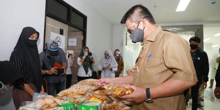 Gubernur Kaltara Dr. H Irianto Lambrie saat membeli produk UMKM beberapa waktu lalu. Foto: Humas Provinsi Kaltara