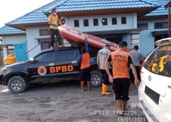 Tagana Dinsos Prov. Kaltara saat tiba di lokasi banjir Sembakung. Foto: Humas Prov Kaltara
