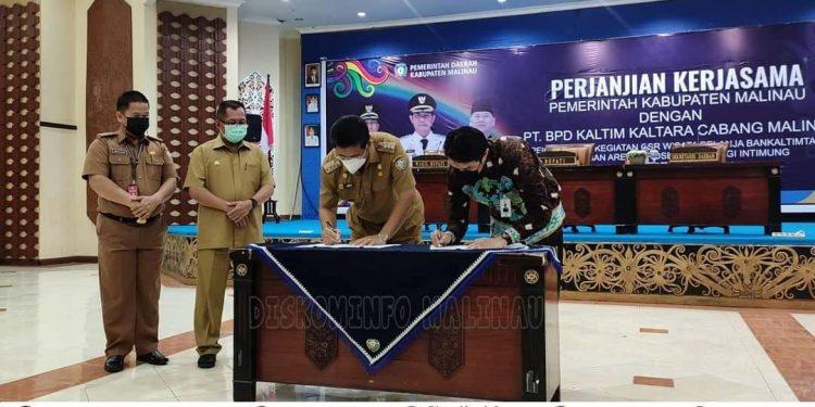 Bupati Malinau, Dr.Yansen TP, M.Si menandatangani surat perjanjian kerjasama dengan Bank Kaltim Kaltara terkait pelaksanaan kegiatan CSR wisata belanja Bank Kaltim. Foto: Diskominfo Malinau
