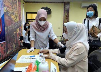 Bupati Nunukan, Hj. Asmin Laura Hafid melakukan pemeriksaan kesehatan sebelum menerima suntikan vaksin diosis kedua.Foto:ist