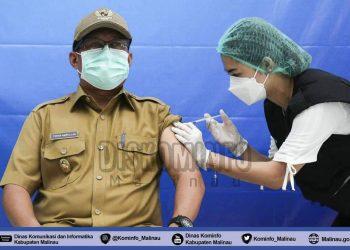 Plt. Bupati Malinau, Dr.Topan Amrullah saat di suntik vaksin tahap II. foto:Diskominfo Kabupaten Malinau