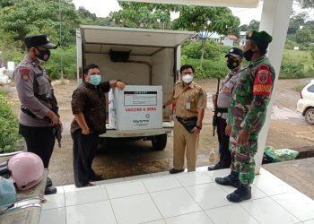 Babinsa Kodim 0915/TNT mengawal pendistribusian vaksin dari gudang Dinkes ke puskesmas Sesayap. Foto: Fokusborneo.com