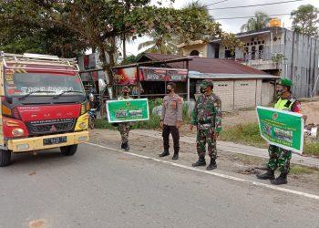 Personil Kodim 0907/ Tarakan membagikan masker dan memberi edukasi kepada warga yang masih lalai pentingnya menggunakan masker. Foto: Fokusborneo.com
