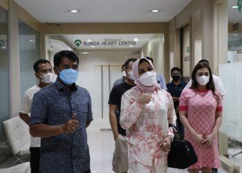 Zainal A. Paliwang bersama keluarga usai menjalani tes PCR di RSU Bunda Jakarta. Foto: Istimewa