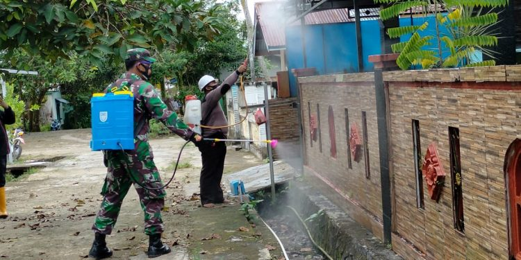 Babinsa Koramil 0907/01 Tarakan Timur bersama Babinkamtibmas melakukan penyemprotan disinfektan di perumahan warga. Foto: ist