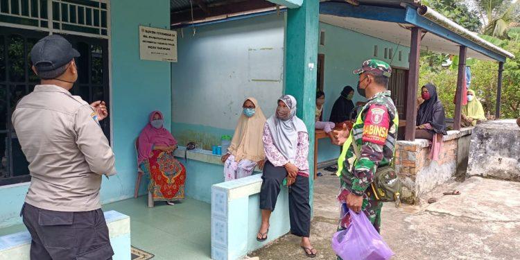 Babinsa 0907/01 Tartim, Serda Arifin mendatangi rumah untuk mengingatkan pentingnya protokol kesehatan.Foto:Ist