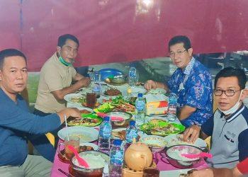 Gubernur Kaltara Zainal Arifin Paliwang bersama wakilnya Yansen TP saat menyantap makan malam bersama di warung rombong di Jalan Katamso Tanjung Selor. Foto: Media Relasi ZIYAP