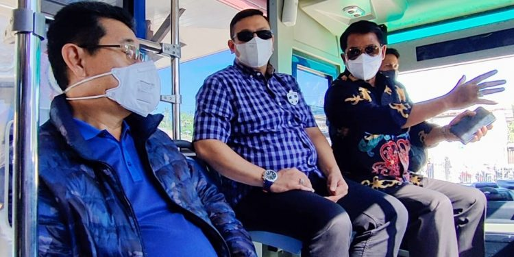 Gubernur dan Wagub Kaltara Zainal A Paliwang dan Yansen TP naik bus penumpang (DAMRI)  saat masuk dermaga Pelabuhan Tengkayu I Tarakan, Minggu (21/2).Foto: Media Relasi Ziyap