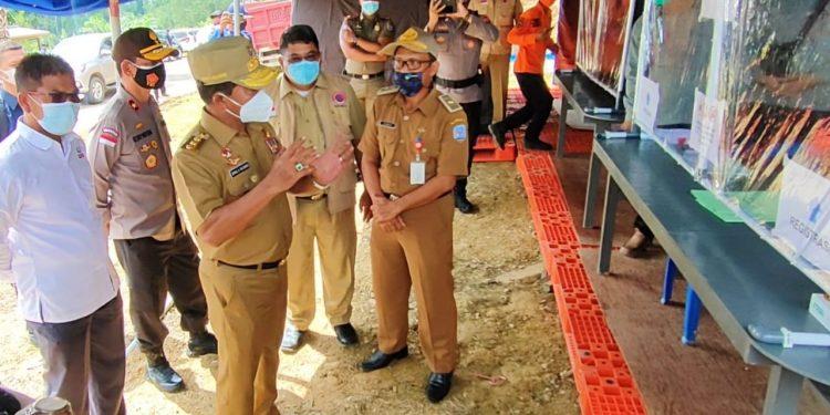 Gubernur Kaltara, Zainal Paliwang mengecek pos pemeriksaan Covid- 19 di perbatasan Kaltim dan Kaltara.Foto: Media Relasi Ziyap