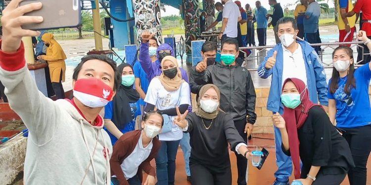 Gubernur Kaltara Zainal Arifin Paliwang didampingi wakilnya Yansen TP foto selfie bersama ASN  usai Senam Pagi di Lapangan Agathis, pagi tadi. Foto: Media Relasi Ziyap