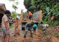 Babinsa Koramil 0907/01 Tarakan Timur bersama warga melaksanakan pembersihan sisa material longsor yang menutup jalan di Kelurahan Kampung Empat. Foto: Ist