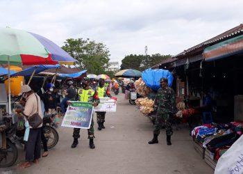 Personil Kodim 0907 Tarakan, melaksanakan patroli dan sosialisasi prokes kepada warga  di salah satu pasar di Kota Tarakan.Foto: Ist