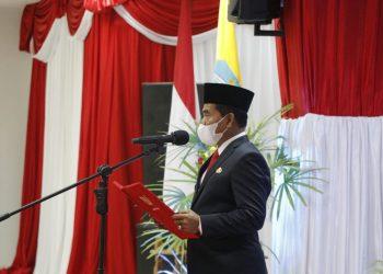 Gubernur Kalimantan Utara, Zainal A Paliwang saat melantik Bupati dan Wakil Bupati Bulungan dan Kabupaten Tana Tidung di ruang pertemuan gedung gabungan dinas Tanjung Selor. Foto : Kominfo Kaltara
