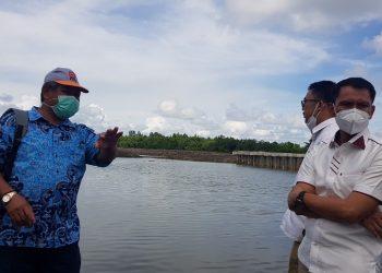 Anggota Komisi 3 DPRD Provinsi Kaltara melakukan monitoring proyek kanal Bandara Juwata Tarakan, Kamis (4/2). Foto : Fokusborneo.com
