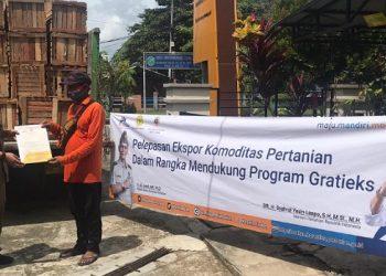 Kepala BKP Tarakan Ahmad Alfaraby Serahkan Sertifikat Ekspor Buah - Buahan ke Malaysia. Foto: IST/BKP Tarakan