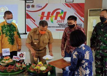 Walikota Tarakan Potong Tumpeng Tanda Syukur Peringatan HPN 2021 dan PWI ke 75 di Kota Tarakan. Foto: fokusborneo.com