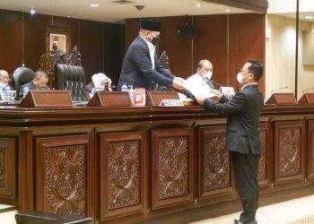 Wakil Ketua Komite II DPD RI Hasan Basri menyampaikan laporan pelaksanaan tugas Komite II DPD RI pada sidang paripurna ke 8 DPD RI, Kamis (11/2). Foto : Istimewa