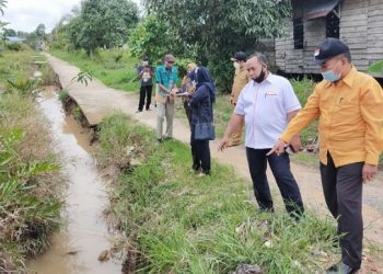 Anggota Komisi 3 DPRD Kota Tarakan meninjau drainase di RT 18 Kelurahan Juata Permai, Senin (15/2). Foto : Fokusborneo.com