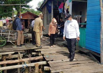 Anggota Komisi 3 DPRD Kota Tarakan melakukan kunjungan lapangan melihat kondisi jalan ulin yang memprihatinkan di RT 15 Kelurahan Karang Rejo, Kecamatan Tarakan Barat, Kota Tarakan, Selasa (16/2). Foto : Fokusborneo.com