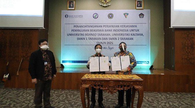 Kepala KPwBI Provinsi Kaltara Yufrizal dan Rektor UBT Prof. Dr. Adri Patton menandatangani Mou beasiswa BI di Kantor Bank Indonesia Provinsi Kaltara di Kota Tarakan, Selasa (16/2). Foto : Humas BI Kaltara