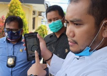 Muhklis Ramlan Didampingi Pengacaranya Melihatkan Hasil Resume Rumah Sakit Yang Janggal, foto: Fokus Borneo.com