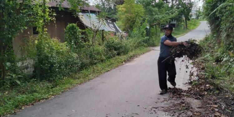 Lurah Karang Anyar, Jumanto Saat Membersihkan Lingkungan. foto: ist