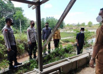 Anggota Komisi 2 dan3 DPRD Kota Tarakan meninjau kondisi sungai di Kampung Bugis, Kelurahan Karang Anyar, Senin (22/2). Foto : Istimewa