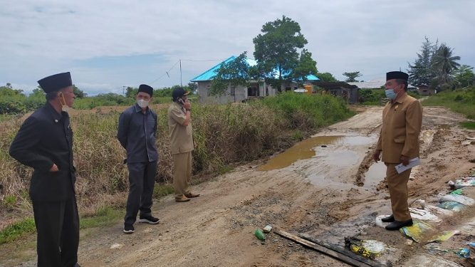 Anggota Komisi 3 DPRD Kota Tarakan bersama Dinas PUPR meninjau jalanan di RT 11 yang kondisinya berlumpur minta perbaikan, Selasa (23/2). Foto : Fokusborneo.com