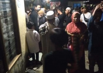 Warga Sebengkok Berdatangan Untuk Melihat lokasi korban diduga bunuh diri Foto:.ist