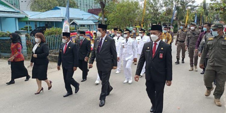 Gubernur dan Wakil Gubernur Kaltara diikuti Bupati dan Wakil Bupati Bulungan serta KTT Berjalan Kaki Menuju Lokasi Pelantikan. Foto: fokusborneo.com