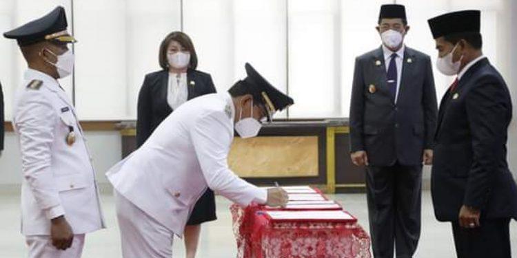 Bupati dan Wakil Bupati Bulungan, Syarwani - Ingkong Ala Dilantik Oleh Gubernur Kaltara Zainal Arifin Paliwang. Foto: ist